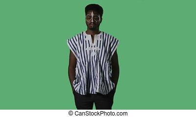 africaine, blanc mâle, jeune, ethnique, modèle, regarder, appareil-photo., homme, poser, vert, national, chemise, studio., portrait, écran, figure, rayé, américain, sérieusement, noir