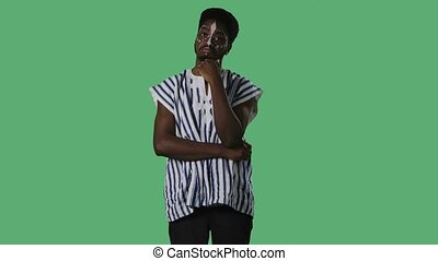 africaine, blanc mâle, jeune, ethnique, modèle, regarder, appareil-photo., homme, poser, vert, national, chemise, studio., portrait, écran, figure, écoute, rayé, américain, information, noir