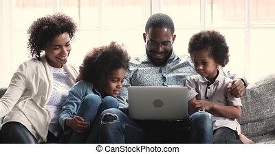 africaine, deux, cahier, vidéos, parents, gosses, utilisation, heureux, regarder