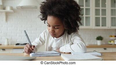 africaine, eduquer fille, étudier, mignon, âge, maison, concentré, primaire