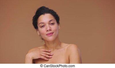 africaine, jeune, fingers., corps, poser, 59.94fps., arrière-plan., studio, portrait, lent, beauté, modèle, prêt, mouvement, figure, elle, américain, 4k, elle, touchers, doucement, femelle noire, brun, femme