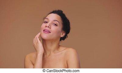 africaine, jeune, fingers., poser, 59.94fps., arrière-plan., studio, portrait, lent, beauté, modèle, prêt, mouvement, figure, elle, américain, 4k, elle, touchers, doucement, femelle noire, brun, femme