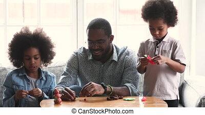 africaine, papa, maison, enfants, sculpter, playdough, mignon