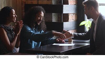africaine, poignée main, couple, clients, heureux, contrat, courtier, assurance, signe