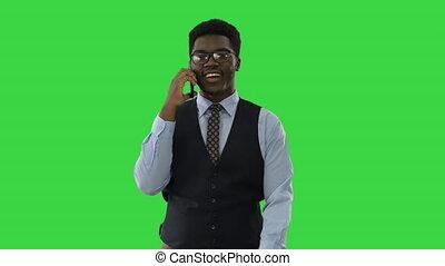 africaine, quoique, jeune homme, écran, regarder, appareil photo, sourire, key., marche, téléphone, américain, affaires conversation, chroma, vert