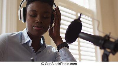 africaine, quoique, regarder, ordinateur portable, écouteurs, femme, prise notes, américain, porter
