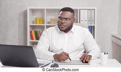 african-american, graphiques, tablet., utilisation, métier, travaux, concepteur, lieu travail, informatique, maison, jeune, concept., indépendant, homme, bureau., éloigné