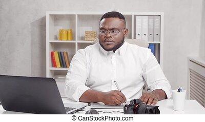 african-american, informatique, métier, utilisation, travaux, tablette, lieu travail, appareil-photo., maison, jeune, concept., indépendant, homme, graphique, photographe, bureau., éloigné