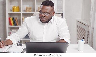 african-american, métier, utilisation, travaux, computer., lieu travail, ouvrier, maison, jeune, concept., indépendant, homme, bureau., éloigné