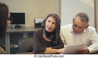 agency., couple, propriété, lecture, hypothèque, mûrir, discuter, vrai, contrat