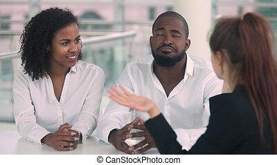 agent immobilier, poignée main, achat, maison, couple, loyer, africaine, nouveau, heureux