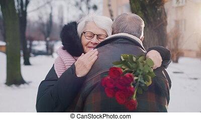 ages., femme, personnes agées, tenue, étreindre, park., rouges, valentines, roses, vieux, jour, couple