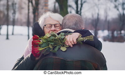 ages., femme, personnes agées, tenue, étreindre, park., rouges, vieux, roses, amour, couple