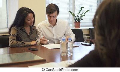 agréable, couple, propriété, contract., hypothèque, vrai bureau, agence, multiethnic, signer