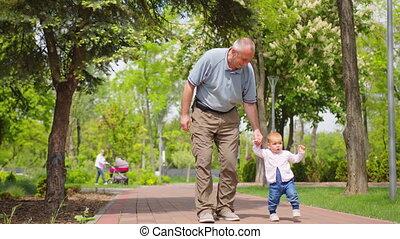 agréable, portion, étapes, bébé, tenue, relationship., première famille, grand-père, mains, soutien
