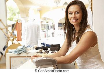 aide, ventes, femme, contrôle, vêtant magasin