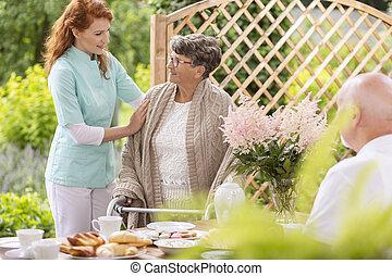 aider, encas, soins, gardien, personnes agées, marcheur, après-midi, femme, privé, temps, tendre, pendant, home., patio, jardin