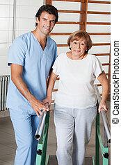aider, femme, gymnase, barres, promenade, thérapeute, portrait, personne agee, hôpital, soutien, physique