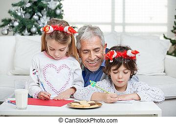 aider, lettres, claus, enfants, écriture, santa, pendant, maison, grand-père, noël