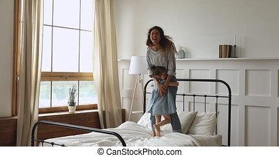 aimer, jeune, sauter, enfant, mère, daughter., lit, heureux