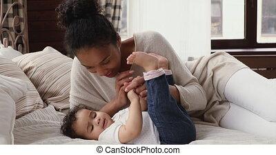 aimer, lit, délassant, mère, rigolote, biracial, jeune, infant.