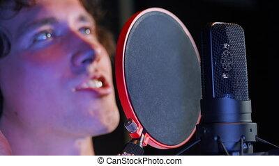 album., cheveux, mélodie, chant, lent, bouclé, jeune, écriture, nouveau, beau, emotionally, chanson, motion., homme, chanteur, artiste, vocal, enregistrement, mâle, ou, studio., alone.