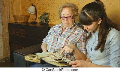 album, femme, vieux, photo famille, jeune regarder, sofa, maison