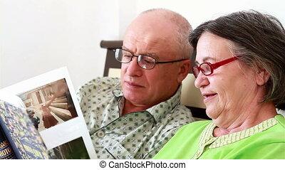 album, photo, couples aînés, regarder