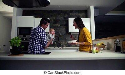 alimentation, elle., famille, jeune femme, tenant bébé, maison, homme