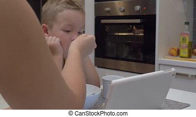 alimentation, tablette, regarder, enfant, pc, quoique, mère, il