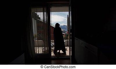 aller, montagne, femme, scénique, jeune, vivant, dehors, vue, arrière, room., plaid, terrasse, emballé
