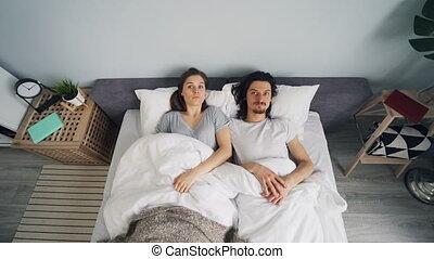 alors, femme, haut, lit, dormir, chambre à coucher, réveiller, dépêcher, homme