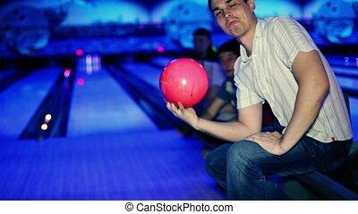 alors, il, balle, soutien, tient, jets, bowling, amis, lui, homme