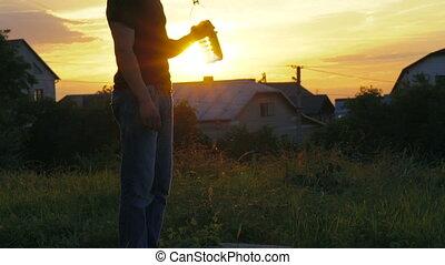 alors, tête, verser plus, eau, lentement, homme, boire, beau, sunset.