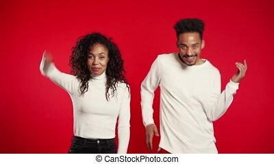 américain africain, studio., bonheur, 4k., musique, couple, fête, rouges, danse, fond, isolé, jeune, concept.
