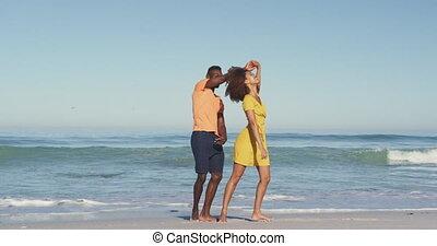 américain, africaine, couple, bord mer, danse