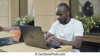 américain, afro, ordinateur portable, étudiant