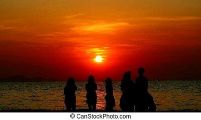 ami, prendre, silhouette, photo, plage, coucher soleil, mer