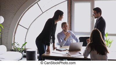 amical, equipe affaires, sourire, brain-storming, bureau, moderne