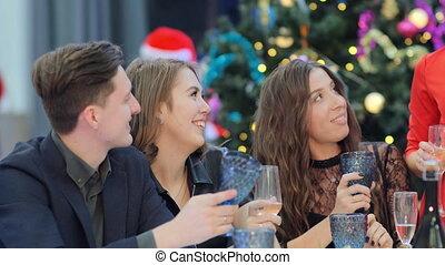 amis, année, groupe, toast, nouveau, écouter