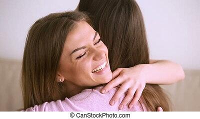 amis, deux, rire, joli, amusement, fin, femmes, embrasser, avoir, étreindre