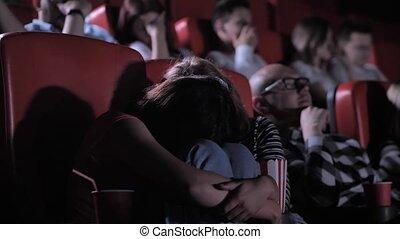 amis, effrayé, adolescent, regarder, cinéma, horreur