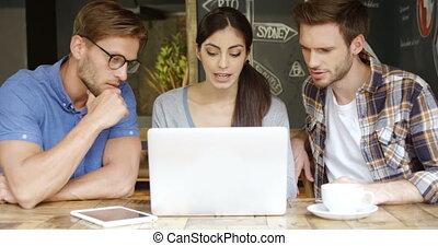 amis, ordinateur portable, sur, groupe, discuter, 4k