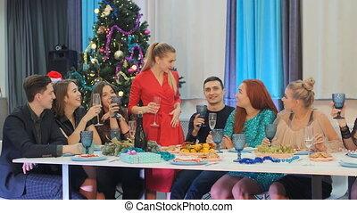 amis, robe, dit, année, girl, toast, nouveau, rouges