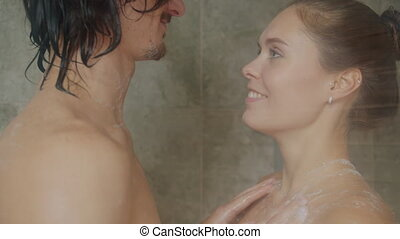 amusement, ensemble, avoir, femme, lent, baisers, douche, homme, mouvement, lavage