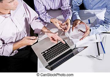 angle, employés bureau, tondu, haute vue, ordinateur portable