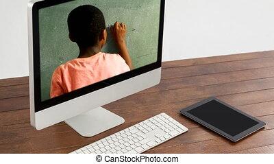 animation, projection, course, moniteur, mélangé, garçon, tableau noir, informatique, écriture