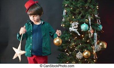 année, garçon, nouveau, jouets, mains, tient, sien, arbre., noël