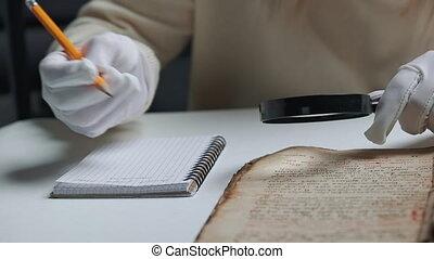 antiquité, traduction, literature., chercheur, livre, verre., examine, ancien, gants, scientifique, magnifier, manuscrit, écritures, étudier, coton