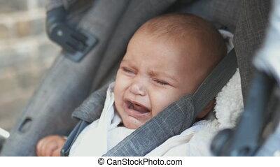 appareil photo, bébé, gris, sorrowfully, regarder, pleurer, poussette